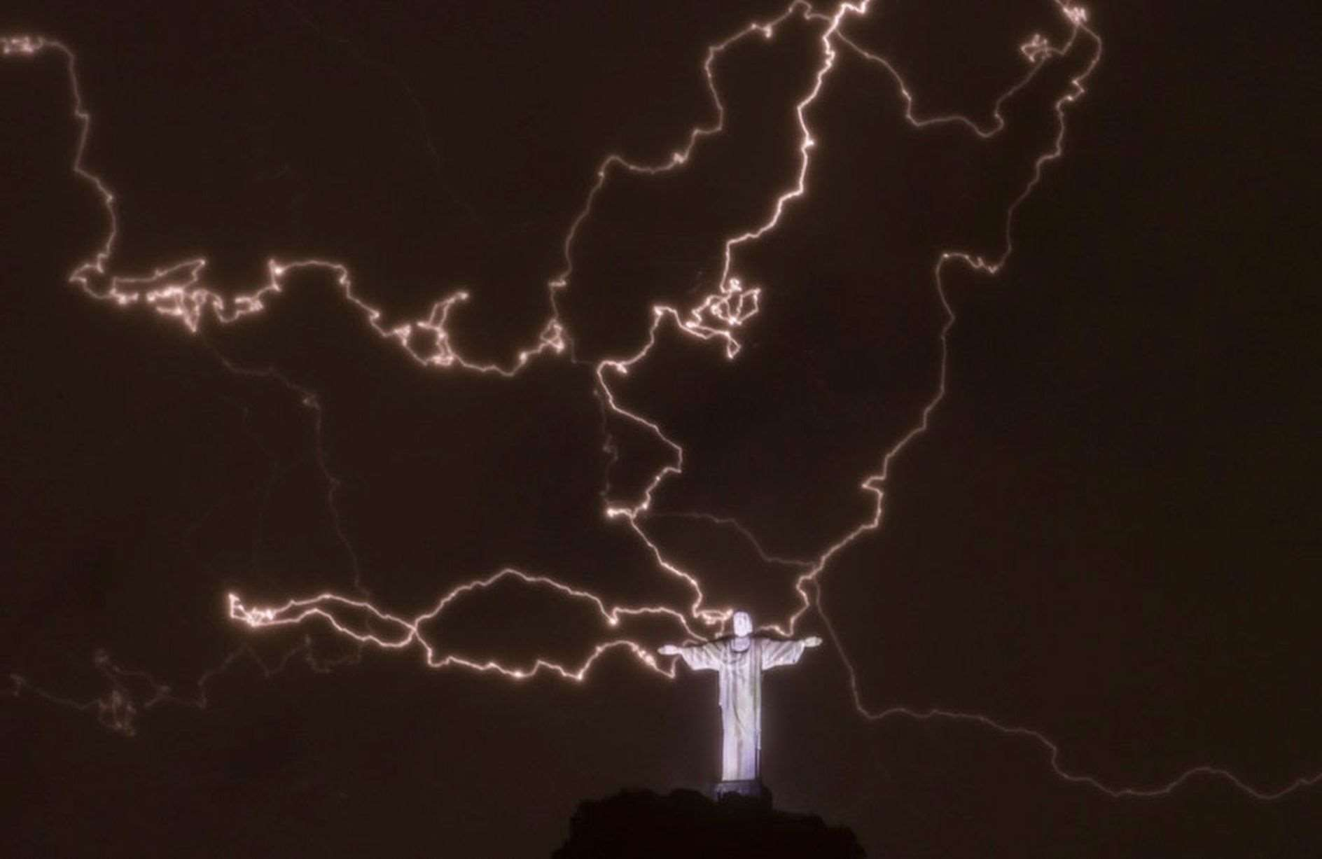 lightning-flashes-over-the-statue-of-Christ-the-Redeemer
