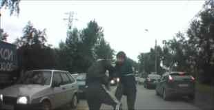 【動画】銃を持った男が素手の男に喧嘩で負ける
