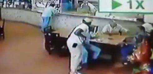 【動画】警察官がレストランで暗殺される様子が撮影される