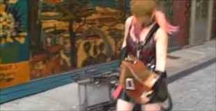 【動画】パンキッシュが少女がアコーディオンを演奏するミスマッチ