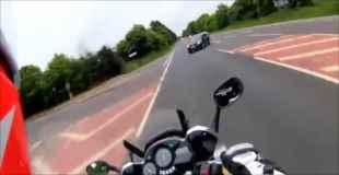 【動画】車と正面衝突して宙を舞うバイク(ヘルメットカメラ目線)