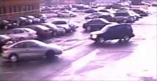 【動画】駐車場がトルネードに巻き込まれるまで