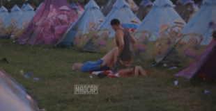 【エロ注意】音楽イベントで正常位セックスしようとするカップルw