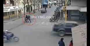 【事故】バイクがベビーカーを撥ねる瞬間…。