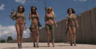 【エロ注意】ビキニのブロンド巨乳美女が軍のカレンダー撮影してるwww