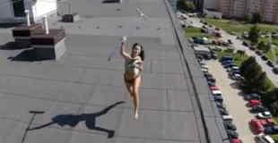 【エロ注意】ドローン(無人航空機)でマンションの屋上撮影したらトップレスの美女がいた件w