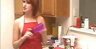 【エロ注意】裸エプロンの美女がオナホールの作り方教えてるwww