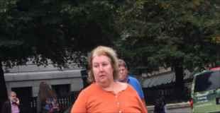 【エロ注意】露出狂のおばさんが下乳出して歩いているところを激写