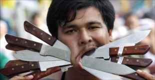 【画像】タイのベジタリアンフェスティバルが痛々し過ぎる