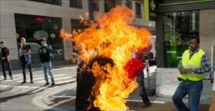 【閲覧注意】強制送還への抗議として自分自身に火をつけた男