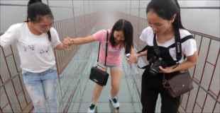 【恐怖】180メートルの高さに作られたガラス床の橋