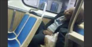 【動画】電車の中で股間をまさぐる女