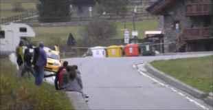 【動画】カーレースの車が沿道でクラッシュ…しかし奇跡的に負傷者はなし
