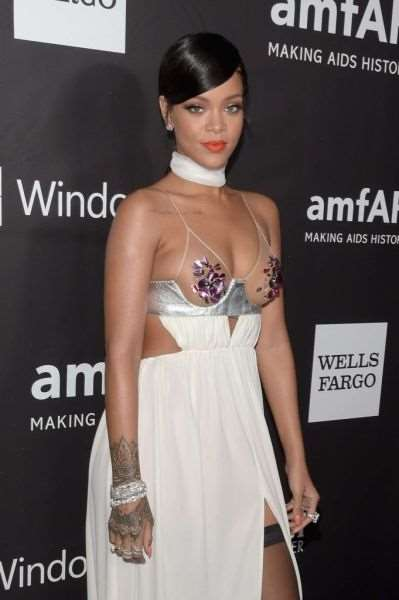 rihanna_and_miley_cyrus_show_off_in_their_revealing_fashion_choices_640_12
