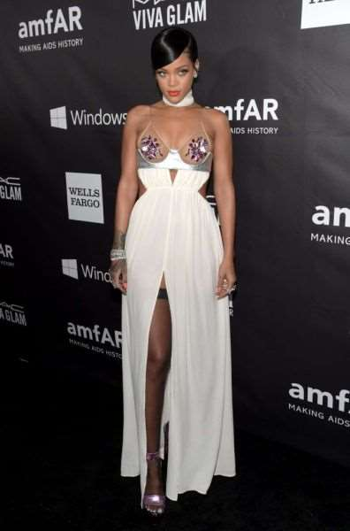rihanna_and_miley_cyrus_show_off_in_their_revealing_fashion_choices_640_13