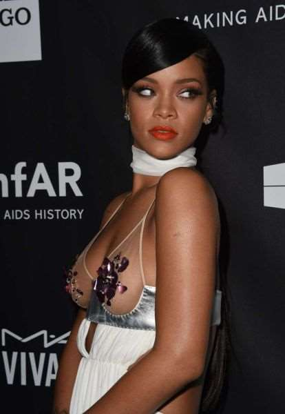 rihanna_and_miley_cyrus_show_off_in_their_revealing_fashion_choices_640_14