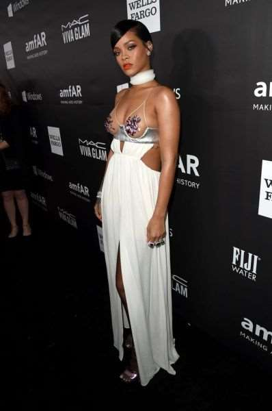 rihanna_and_miley_cyrus_show_off_in_their_revealing_fashion_choices_640_19