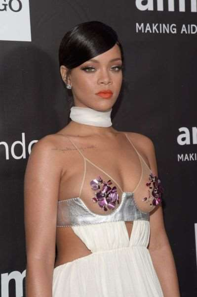 rihanna_and_miley_cyrus_show_off_in_their_revealing_fashion_choices_640_20