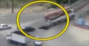 【動画】トラックが通って道路が陥没した穴に車が落ちる