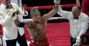 【動画あり】ハリウッド俳優ミッキー・ローク(62)がボクサーに復帰して30歳以上年下の選手に勝利!