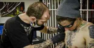 【画像】腕と背中に針を刺しまくって世界記録樹立