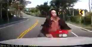 【正面衝突事故】車載カメラにとらえられたバイクとの正面衝突の瞬間映像…。