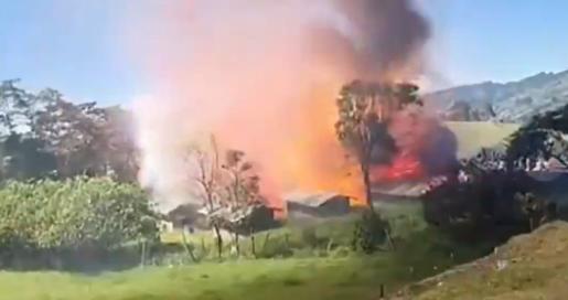 【衝撃動画】コロンビアで花火工場が大爆発して撮影者も吹っ飛ぶ!