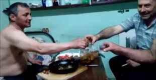 【動画】ウォッカに火を点けて飲んだら胸毛に引火したw