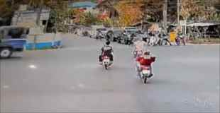 【動画】交差点をバイクで一直線!そこに大型トラックがやってきた