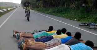 【動画】寝転んだ人達の上を自転車でジャーンプ!ドォーーンww