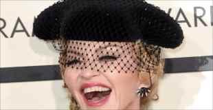 【画像】56歳のマドンナがグラミー賞でお尻を見せるサービスショット