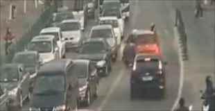 【動画】交通ルールを無視した車が人をボンネットに乗せたまま暴走