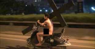 【画像】中国で全裸の男が十字架運んでるw