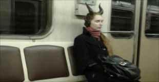 【画像】地下鉄に現れたファッションモンスター達 その3