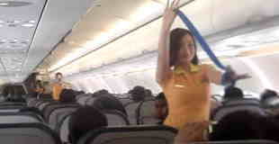 【動画】キャビンアテンダントがセクシーダンスで離陸前の緊急時のデモンストレーションをしてるぞwww
