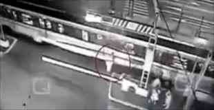 【動画】メキシコで高齢者が電車に巻き込まれる