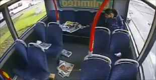 【動画】バスの中で放火し去っていく男
