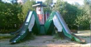 【画像】海外の公園の遊具がカオス過ぎるw その2