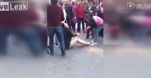 【動画】旦那の不倫相手の女性を群衆の前でパンティを剥ぎ取りオマ○コ丸見えにさせる妻。