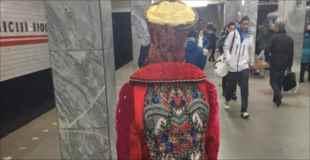 【画像】地下鉄に現れたファッションモンスター達 その4