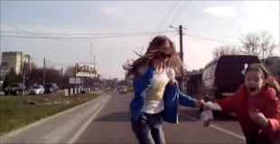 【動画】結構な勢いで車に跳ねられても案外大丈夫なものなんですね