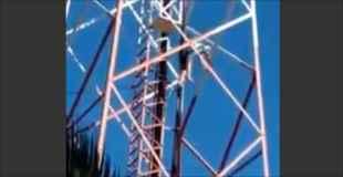【動画】ティーンエイジャーが電塔から落下、何度も体を打ちつけながら…