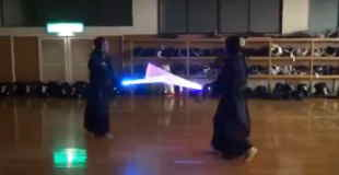 【衝撃動画】ライトセイバーで剣道してみたwww