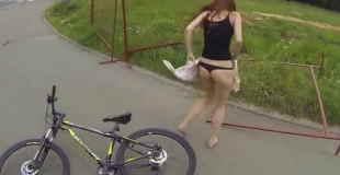 【ハプニング動画】金網にスカートが引っかかりTバックモロ出しになる美女www