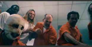 【マジキチ動画】看守の腹をナイフで裂きそこへ挿入してレイプする囚人。※閲覧注意