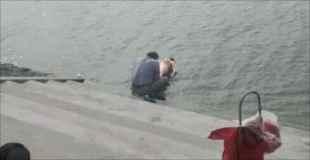 【画像】全裸の女性が川で洗われている…
