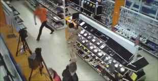 【動画】突然店に入ってきてパソコンを壊し始めるイカれた男