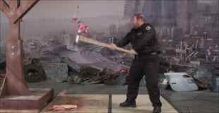 【動画】デブのおっさんが斧で色んなものをぶった切っていく動画