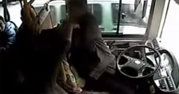 乗客男女にボコボコに殴られる女性バス運転手(中国)