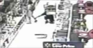 スーパーで男がパンツ盗撮する瞬間を捉えた防犯カメラ映像
